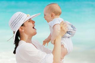 Агуканье и лепет малыша: когда ждать и что делать, если ребенок молчит?