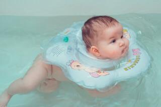 Круг для купания новорожденного — подспорье для родителей