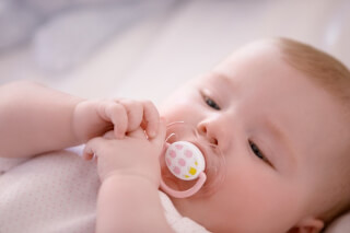 Приучение малыша к соске: когда требуется и как осуществляется